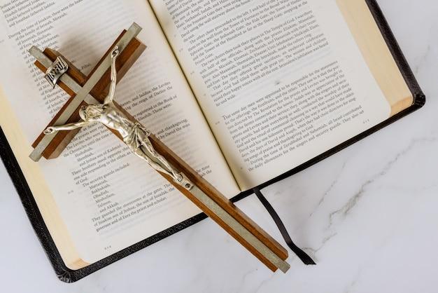 Cruze uma bíblia sagrada com a salvação de jesus no caminho para deus através da oração