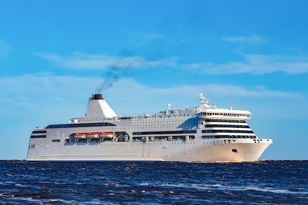 Cruzeiro branco navegando em um dia claro