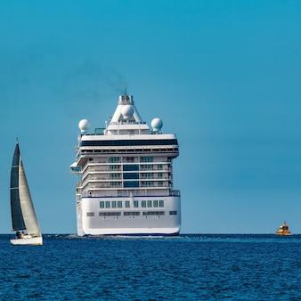 Cruzeiro de luxo em andamento. viagens turísticas e serviços de spa