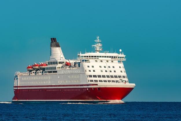 Cruzeiro vermelho. grande balsa de passageiros em andamento