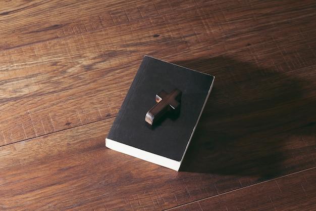 Cruzes e livros sobre uma mesa de madeira