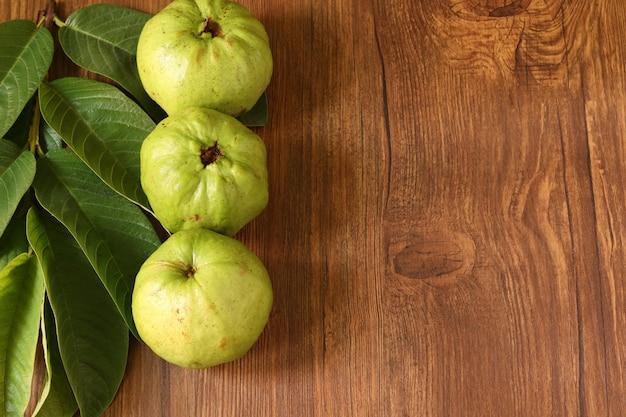 Crystal guava (psidium guajava) é uma variedade de goiaba sobre mesa de madeira