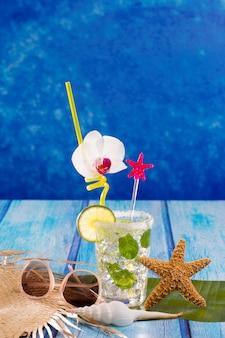 Cubn mojito cocktail em madeira azul tropical do caribe