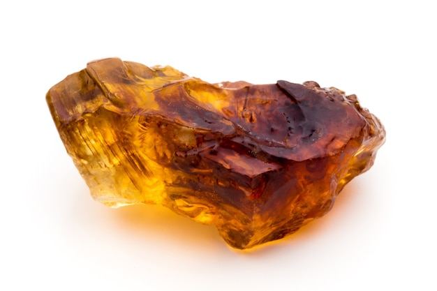 Cubo de açúcar de cana caramelizado marrom isolado
