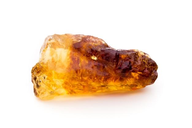 Cubo de açúcar de cana-de-açúcar caramelizado marrom isolado no fundo branco.