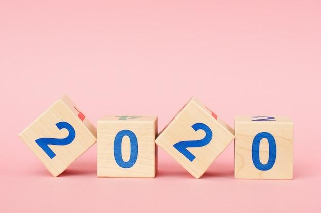Cubo de bloco de madeira com número ano novo 2020