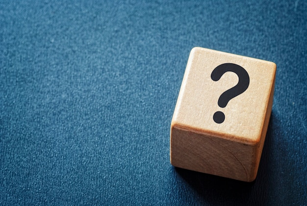 Cubo de brinquedo de madeira com um ponto de interrogação