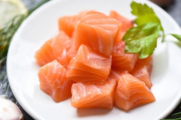 Cubo de filé de salmão cru com ervas e especiarias / salmão fresco