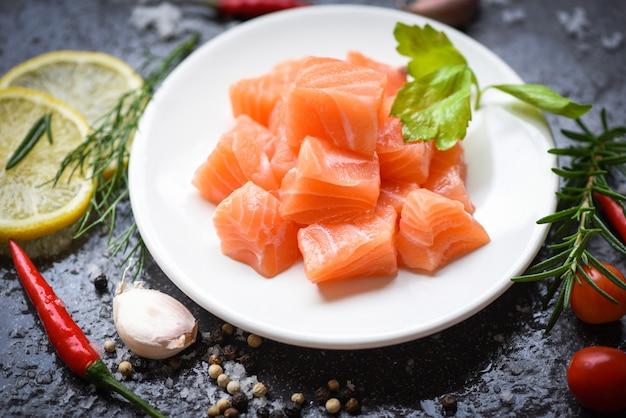 Cubo de filé de salmão cru com ervas e especiarias