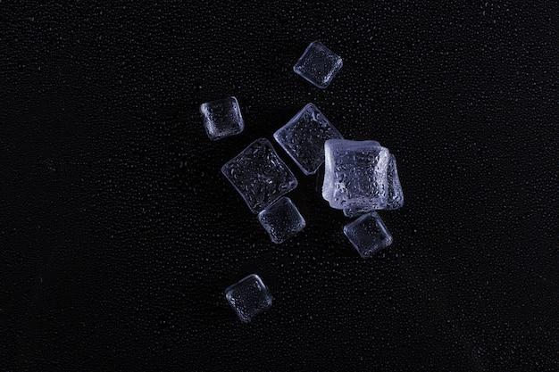 Cubo de gelo bonito em um fundo preto.