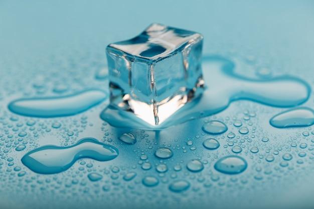 Cubo de gelo com gotas de água o gelo está derretendo.