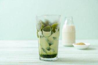 Cubo de gelo de chá verde matcha com leite