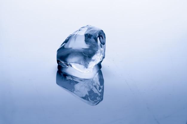 Cubo de gelo derrete: conceito de aquecimento global