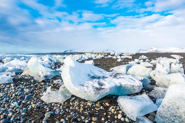 Cubo de gelo quebrando na praia de rocha preta, paisagem de inverno islândia paisagem