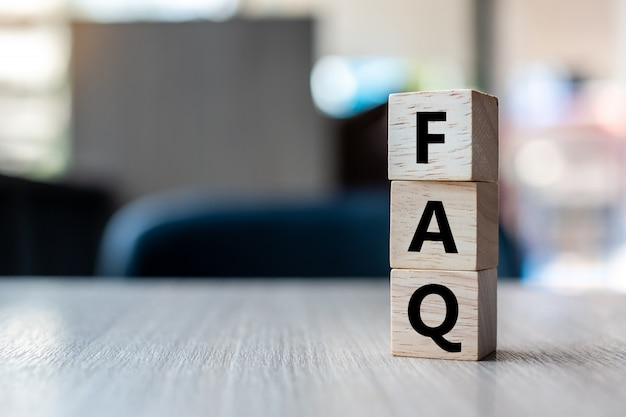 Cubo de madeira com texto de perguntas frequentes (perguntas frequentes)