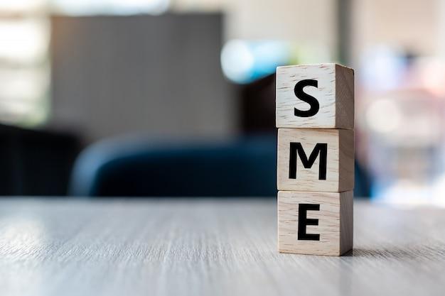 Cubo de madeira com texto sme (small medium enterprise)