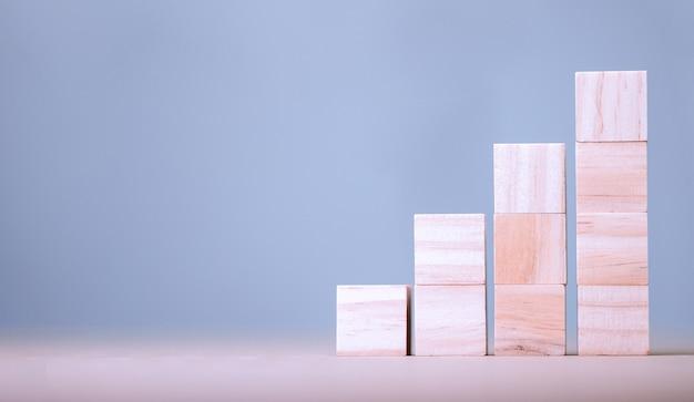 Cubo de madeira empilhado em forma de degrau com espaço no cubo para conteúdo