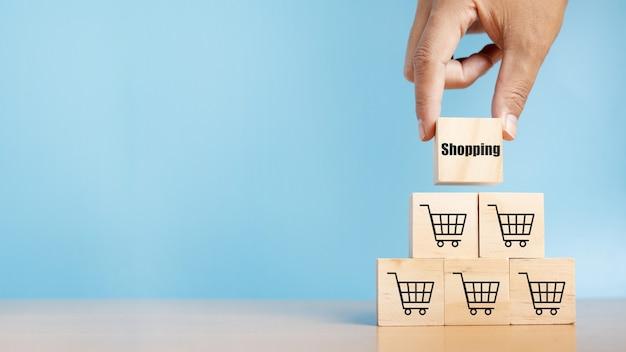 Cubo de madeira empilhando com texto de compras e símbolo de carrinho de compras. processo de sucesso de crescimento do negócio. conceito de negócios. comprar online. e-marketing.