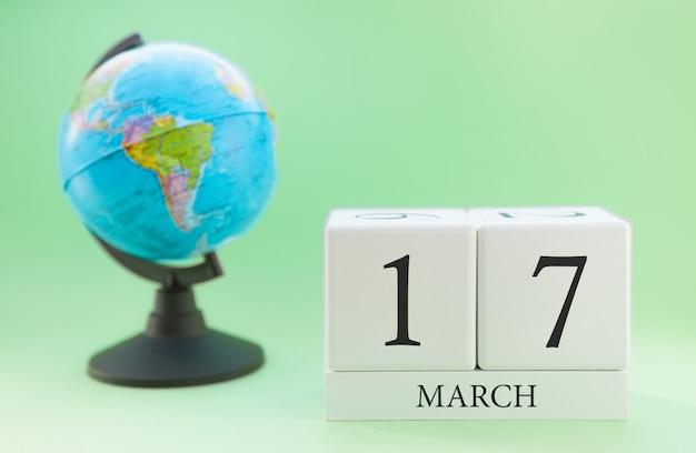 Cubo de madeira planejador com números, 17 dias do mês de março, primavera
