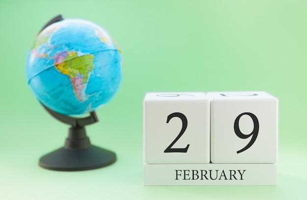 Cubo de madeira planejador com números, 29 dias do mês de fevereiro, inverno