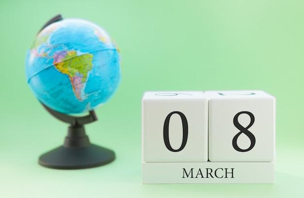 Cubo de madeira planejador com números, 8 dias do mês de março, primavera