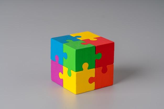 Cubo de quebra-cabeça colorido sobre fundo cinza