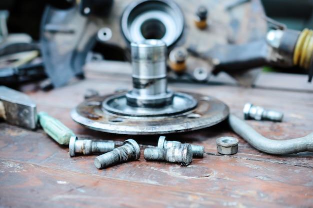 Cubo de roda velho, oleado encontra-se em uma mesa de madeira