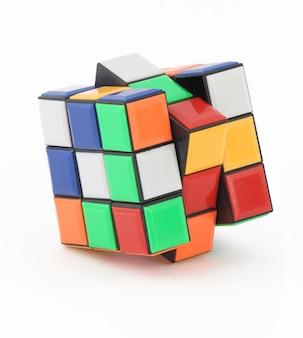 Cubo de rubik isolado no branco com traçado de recorte