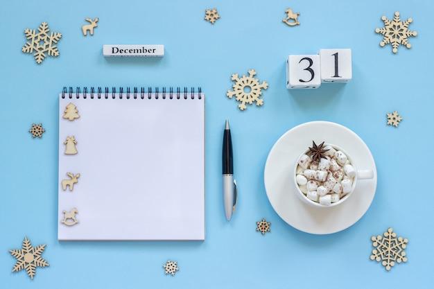 Cubos calendário 31 de dezembro xícara de cacau e marshmallow