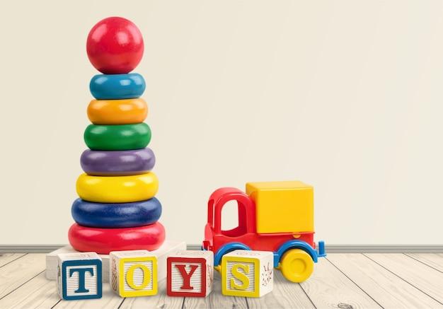 Cubos coloridos e brinquedos no fundo. conceito educacional.