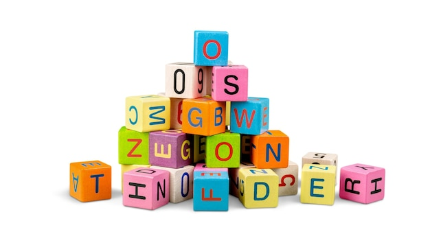 Cubos coloridos no fundo. conceito educacional.