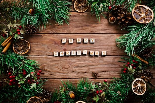 Cubos com letras perto de ramos de natal
