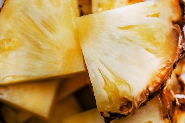 Cubos de abacaxi fresco