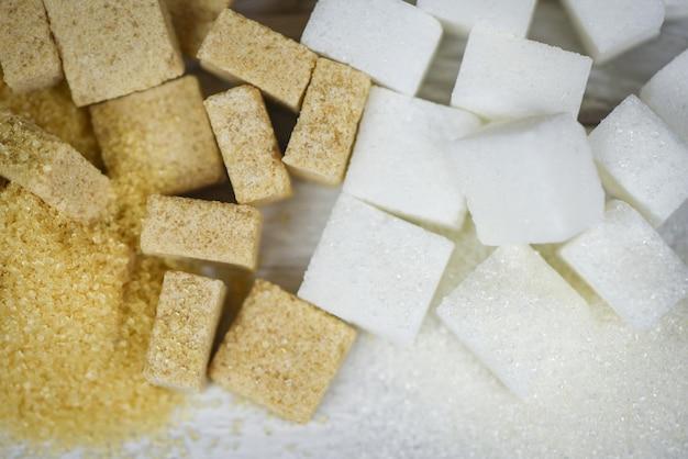 Cubos de açúcar branco e açúcar mascavo