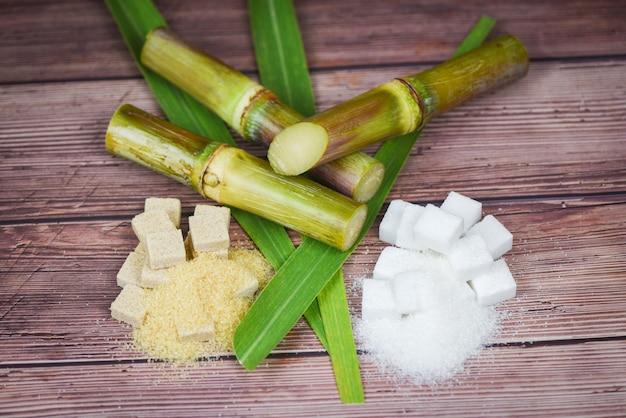 Cubos de açúcar branco e marrom e cana-de-açúcar