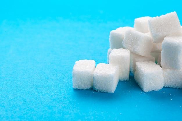 Cubos de açúcar branco