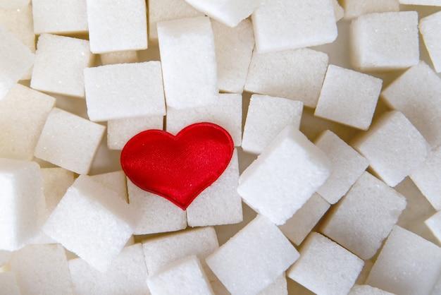 Cubos de açúcar com um coração vermelho em um deles. vista do topo.