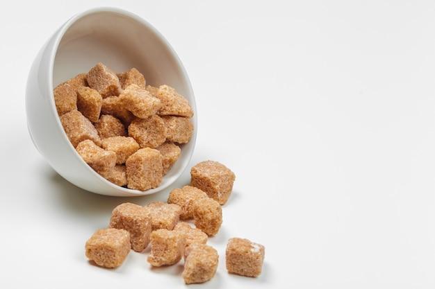 Cubos de açúcar de cana-de-marrom isolados