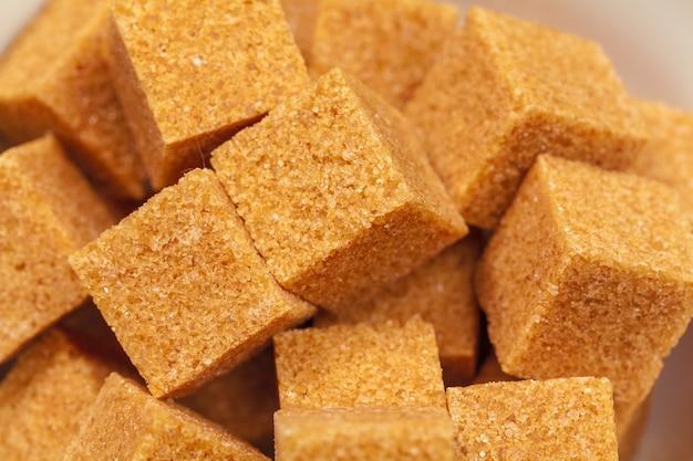 Cubos de açúcar de cana marrom isolados