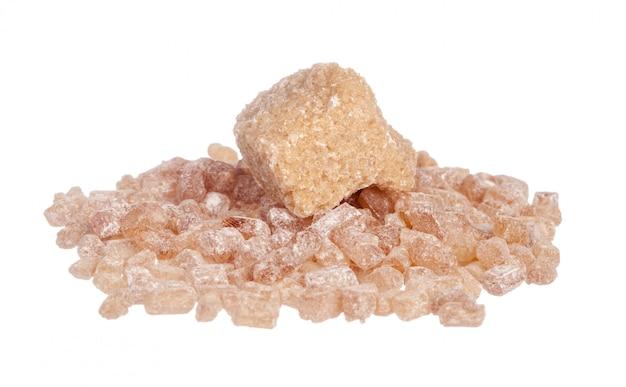 Cubos de açúcar e areia de açúcar em um branco