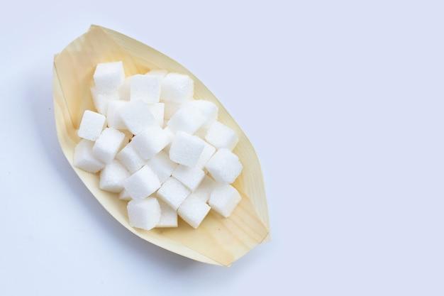 Cubos de açúcar em fundo branco. copie o espaço