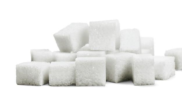 Cubos de açúcar em fundo branco