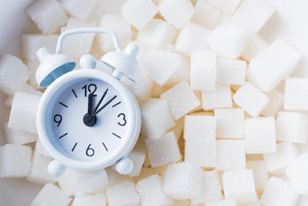 Cubos de açúcar, ingrediente alimentar doce e despertador