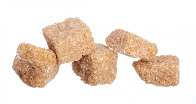 Cubos de açúcar mascavo isolados