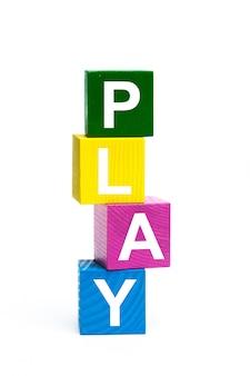 Cubos de brinquedo de madeira com letras