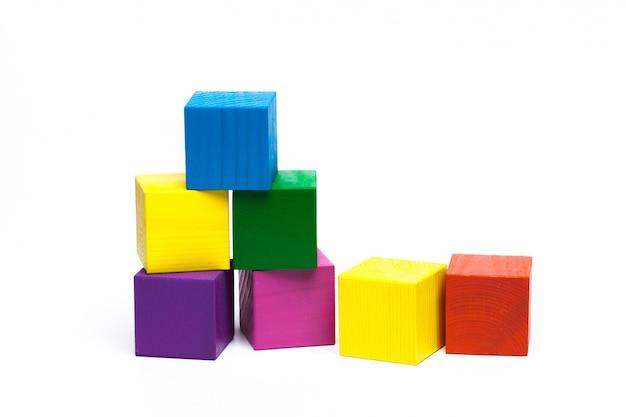 Cubos de crianças coloridas em branco isolado