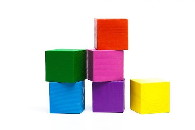 Cubos de crianças coloridas em branco