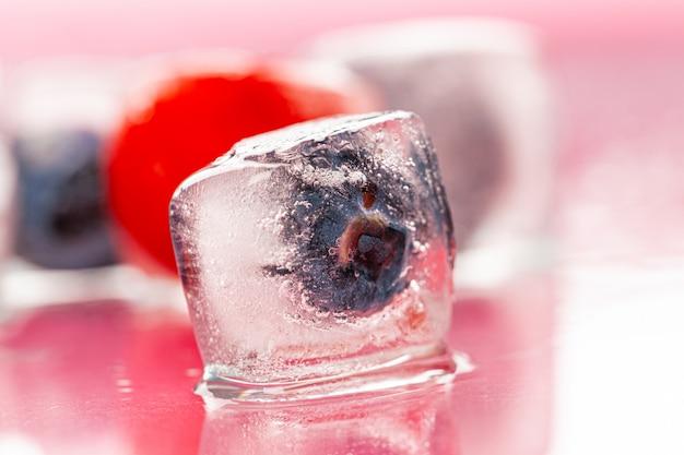 Cubos de gelo berry para decorar bebidas close-up