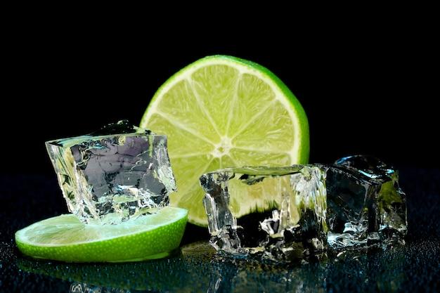 Cubos de gelo com limão no fundo escuro