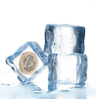 Cubos de gelo com moedas de euro dentro